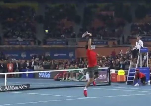 Video: Federer's Smashtastic Sky-Hook Smash against Djokovic